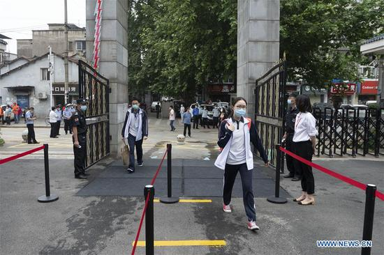 Senior students in 121 high and vocational schools return to campus in Wuhan