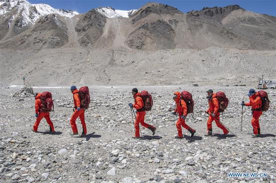 Chinese surveyors set out to measure height of Mount Qomolangma